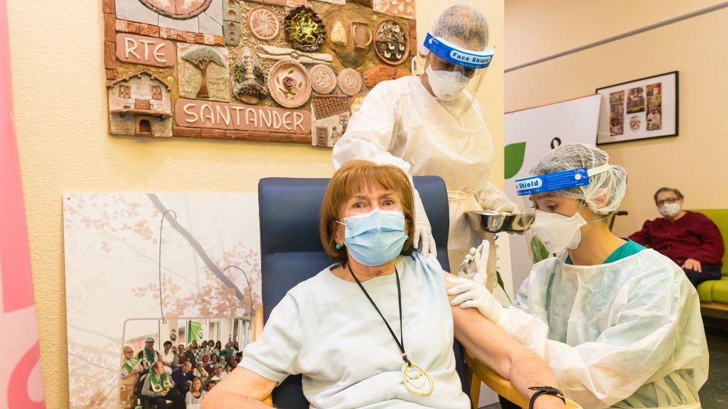 María Dolores Luzuriaga, de 72 años y usuaria del Centro de Atención a la Dependencia de Cueto, primera cántabra en recibir la vacuna