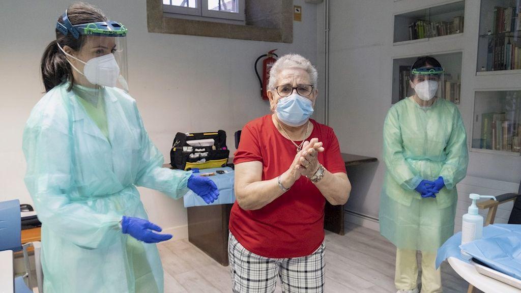 Nieves Cabo, de 82 años, la primera gallega que recibe la vacuna conta el Covid, en la residencia Puerta del Camino, en Santiago de Compostela.