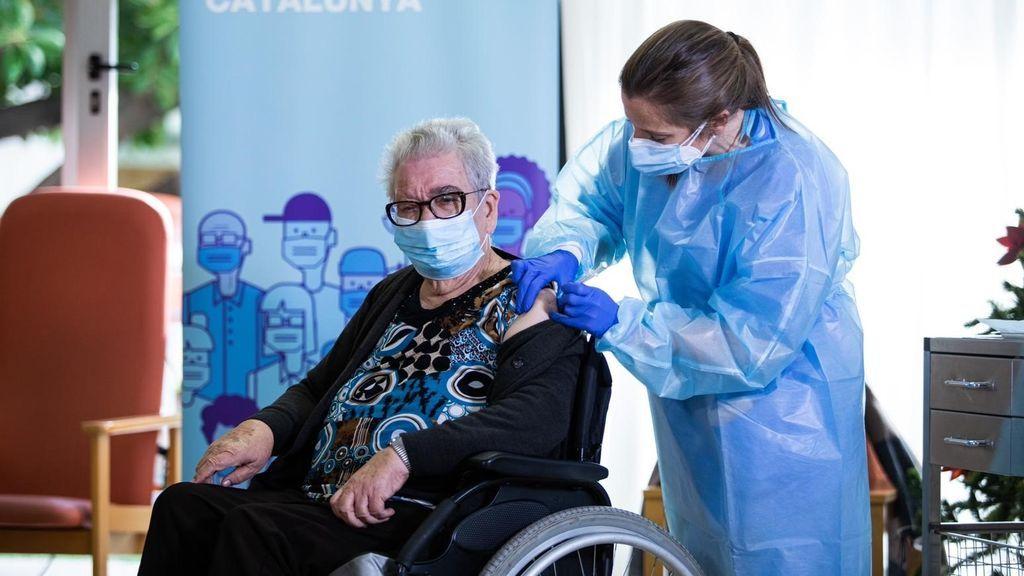 Josefa Pérez, de 89 años, es la primera vacunada contra el coronavirus en Cataluña