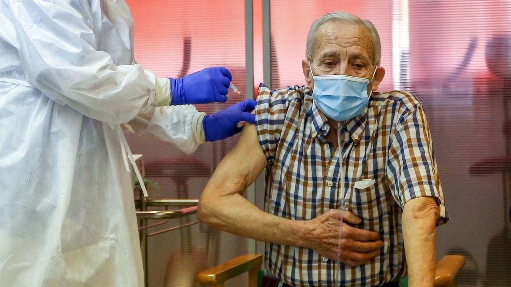 Nicanor, de 72 años, residente en la Residencia de Mayores de Vallecas, el primer madrileño en recibir la vacuna contra la Covid-19