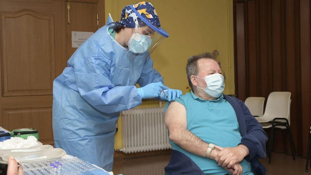 El residente, Javier Martín, de 68 años, recibe la primera vacuna contra el Covid-19 en La Rioja