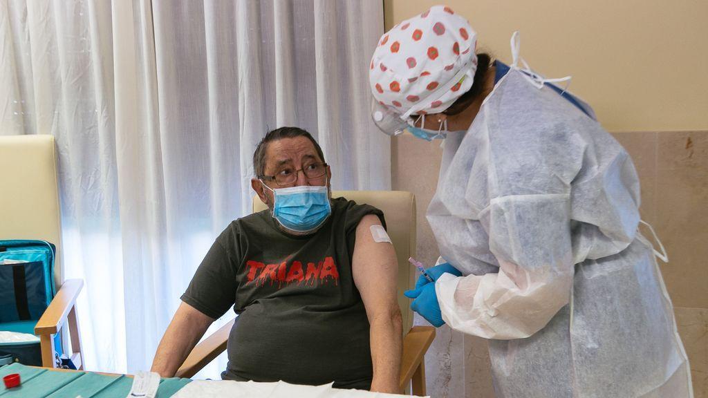 Vicente Mirón, de 72 años, primer extremeño en recibir la vacuna contra la Covid-19