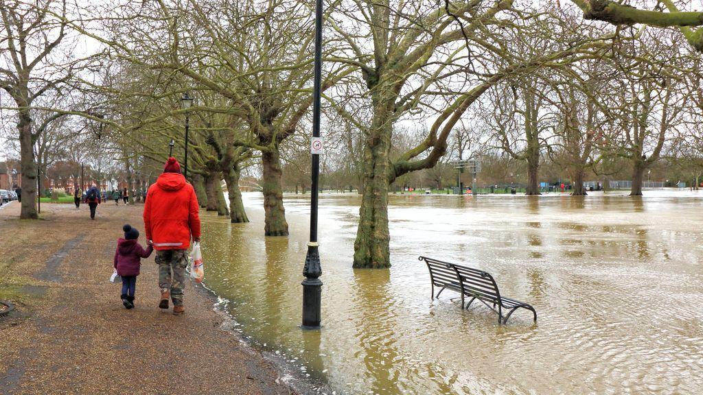 Inundaciones de espuma y miles de hogares sin electricidad: el paso de la borrasca Bella por Inglaterra y Francia