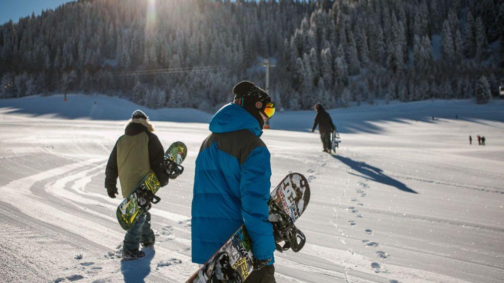 Masiva huida de cientos de británicos tras obligarles a pasar la cuarentena en una estación de esquí suiza