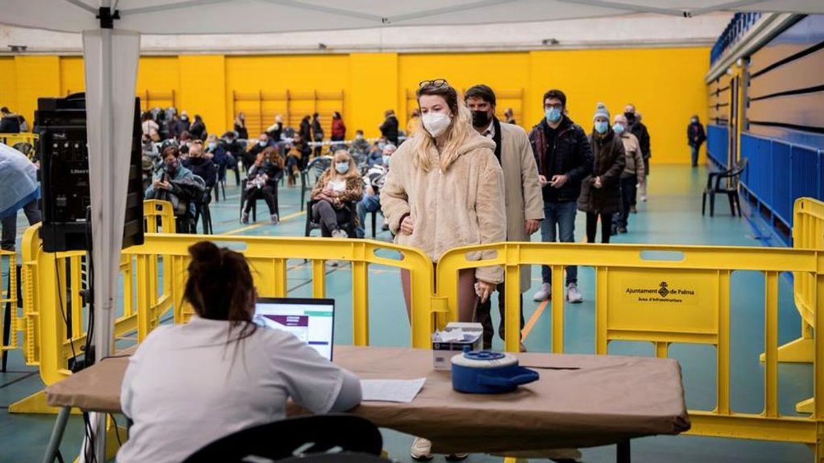 Varias personas esperan su turno para las pruebas de coronavirus en el cribado poblacional organizado por la Conselleria de Salud en el barrio del Rafal Nou de Palma de Mallorca