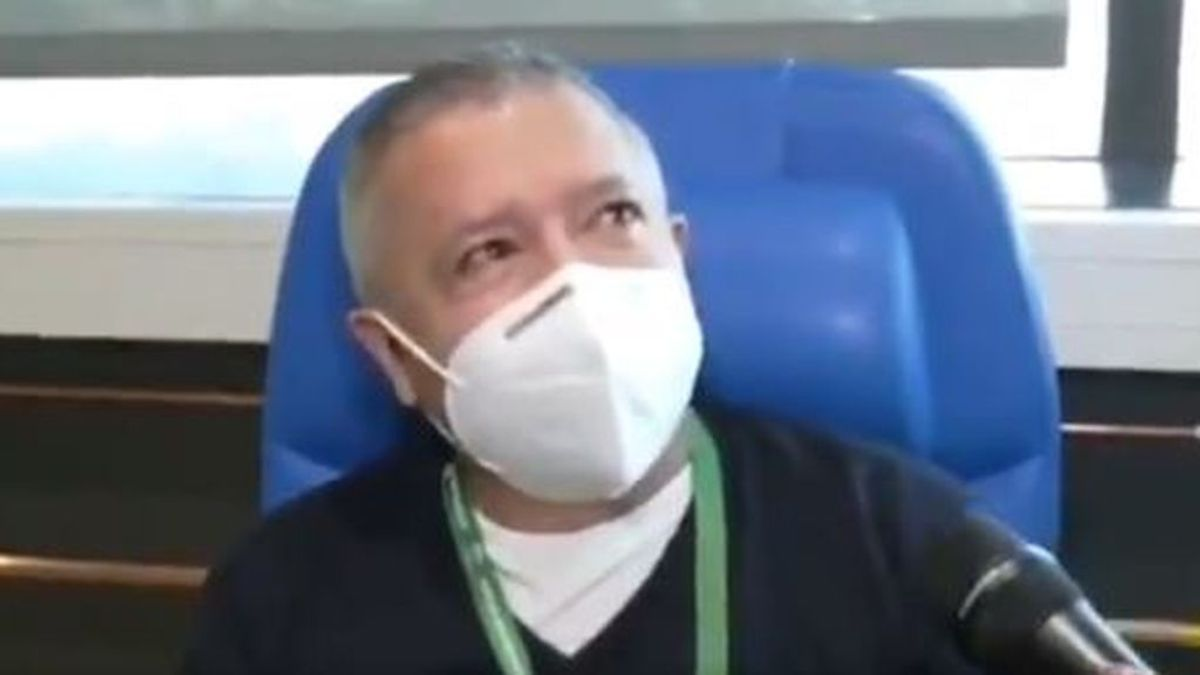 """Las lágrimas del primer médico de urgencias vacunado en Andalucía: """"es un paso que hay que dar"""""""