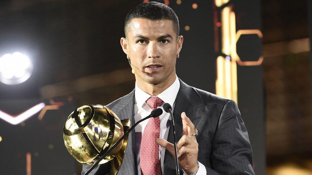 Cristiano Ronaldo recibe el trofeo a mejor futbolista del siglo