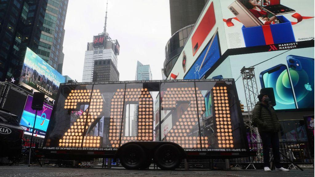 Times Square se engalana con su tradicional bola y sin público para despedir el 'nefasto' 2020