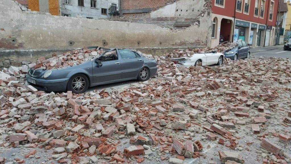EuropaPress_3495183_vehiculos_danados_muro_derribado_borrasca_bella