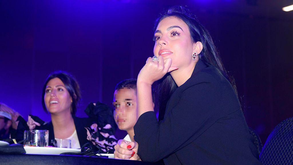 Georgina Rodríguez, muy atenta a lo que ocurría en la gala