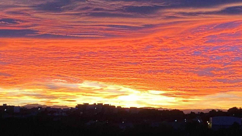 El espectacular candilazo que tiñó de rojo el cielo de Valencia.