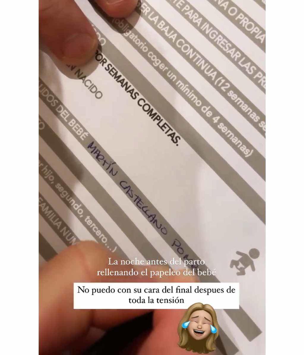Pablo rellenando la ficha con el nombre del bebé: Martín Castellano Pombo