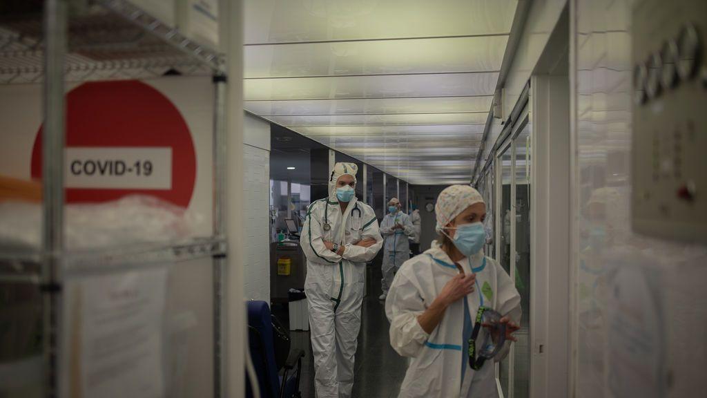 EuropaPress_3441461_varios_sanitarios_protegidos_unidad_cuidados_intensivos_uci-_hospital_mar