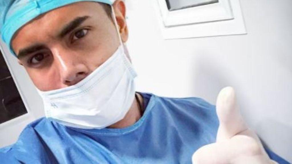 Un médico se hace viral por sus impresionantes pectorales en el momento de recibir la vacuna contra el covid