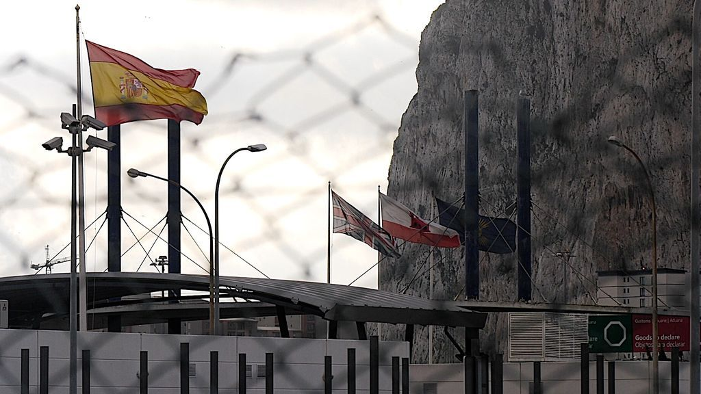 Las banderas de España y Reino Unido, separadas por la frontera