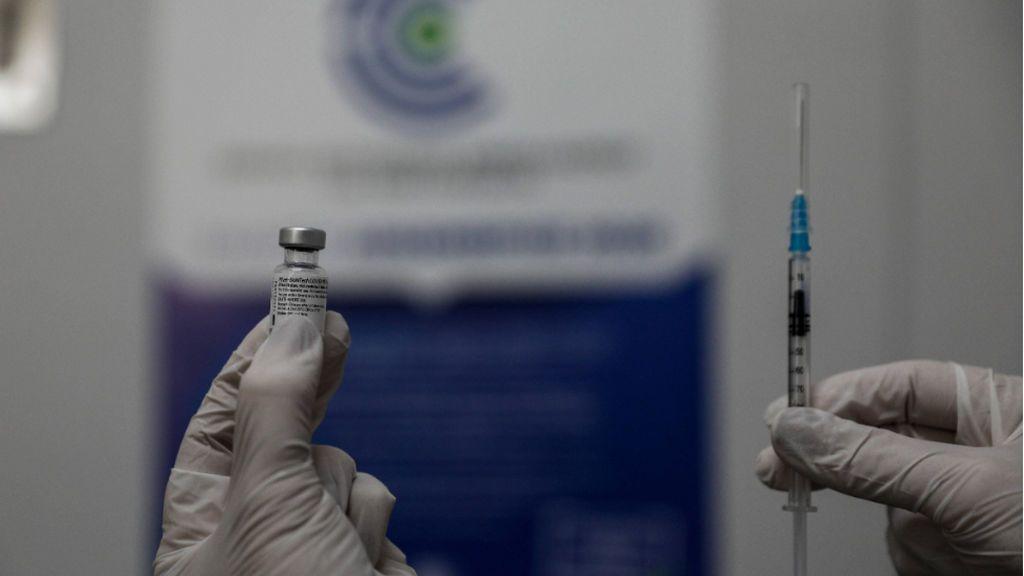 Un enfermero da positivo en covid una semana después de recibir la primera dosis de la vacuna de Pfizer