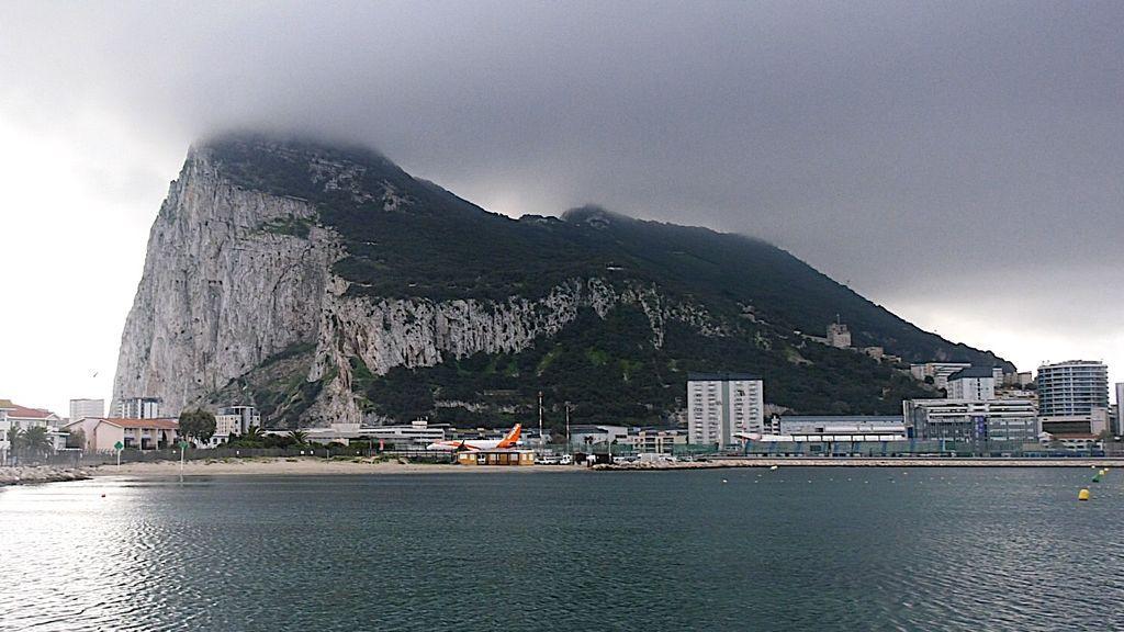 Un avión aterrizando en el aeropuerto de Gibraltar