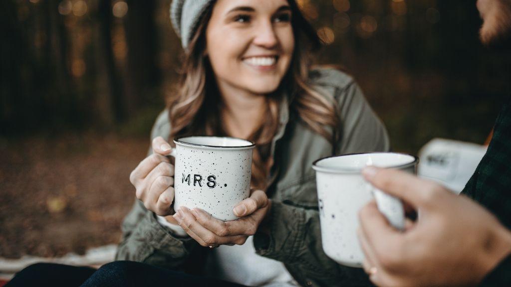 Una chica tomando un café mientras conoce a alguien