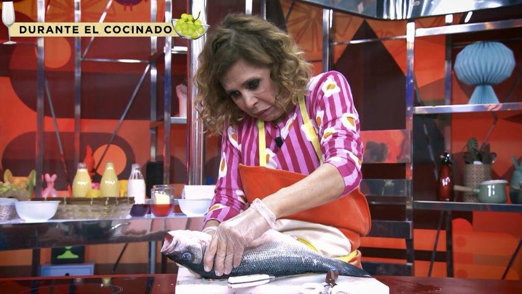 La imagen más divertida de Ágatha Ruiz de la Prada: su odisea para limpiar un pescado