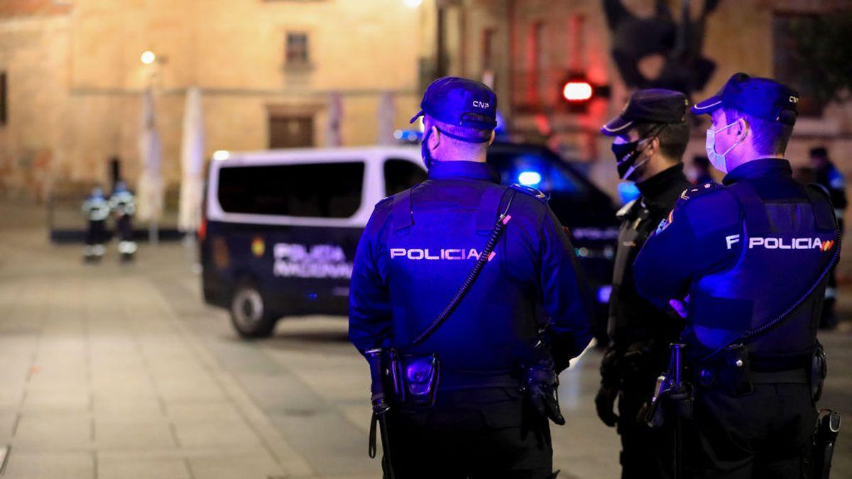 EuropaPress_3394851_tres_policias_nacionales_trabajan_salamanca_noche_ciudad_vivido_primer