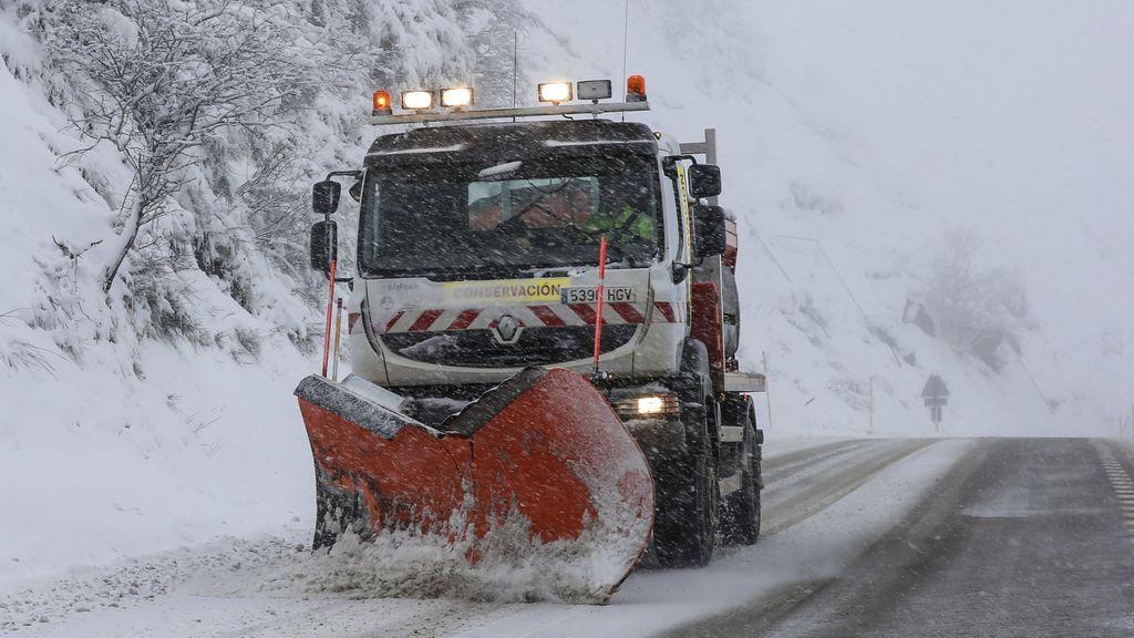 Buscan a dos trabajadores de una quitanieves sepultada por un alud en Asturias