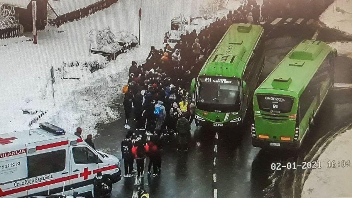 Las retenciones en los Puertos de Navacerrada y Cotos por la nieve obligan al 112 a coordinar la salida de 150 personas