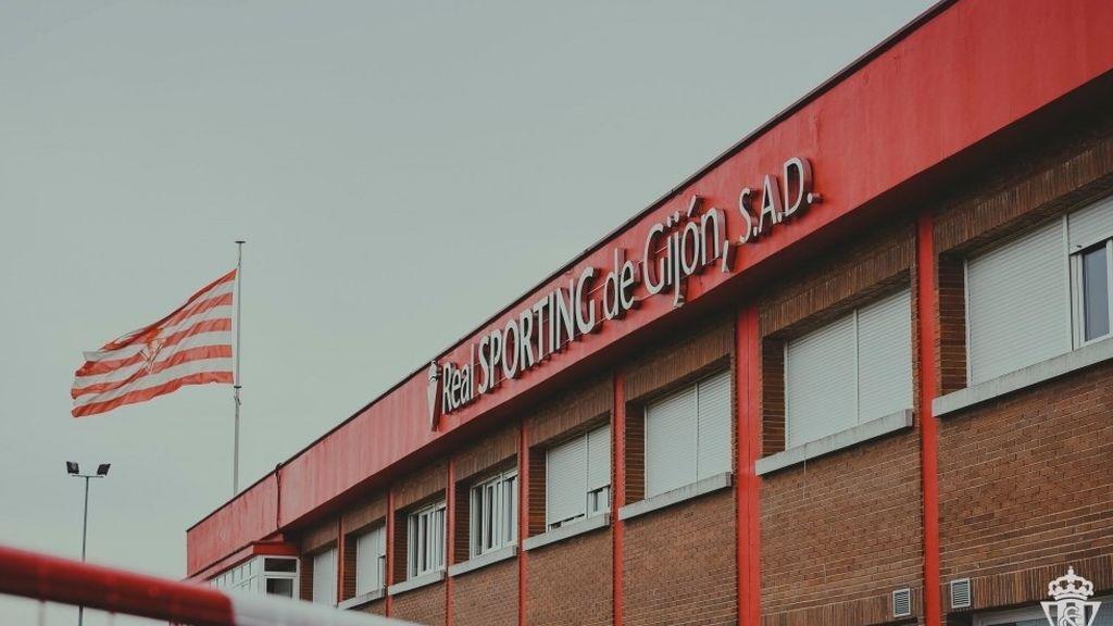 El brote de covid en la plantilla del Sporting de Gijón se descontrola y ya afecta a 130 personas