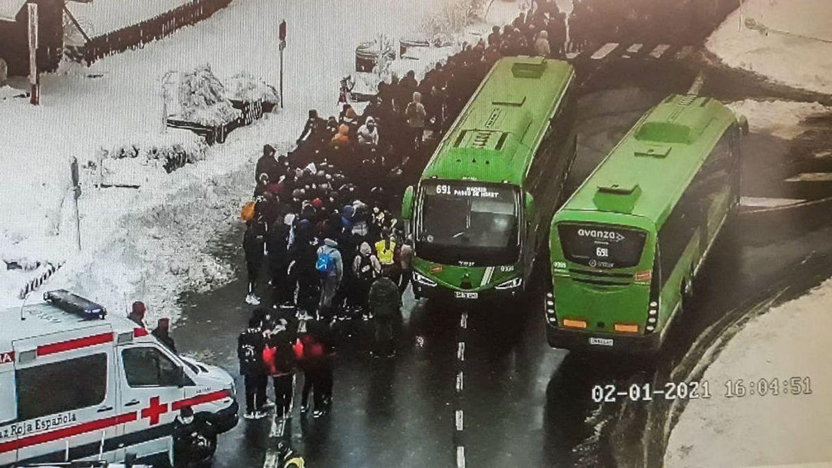 Asisten a 150 personas que esperaban el autobús en el puerto madrileño de Cotos por frío y nieve