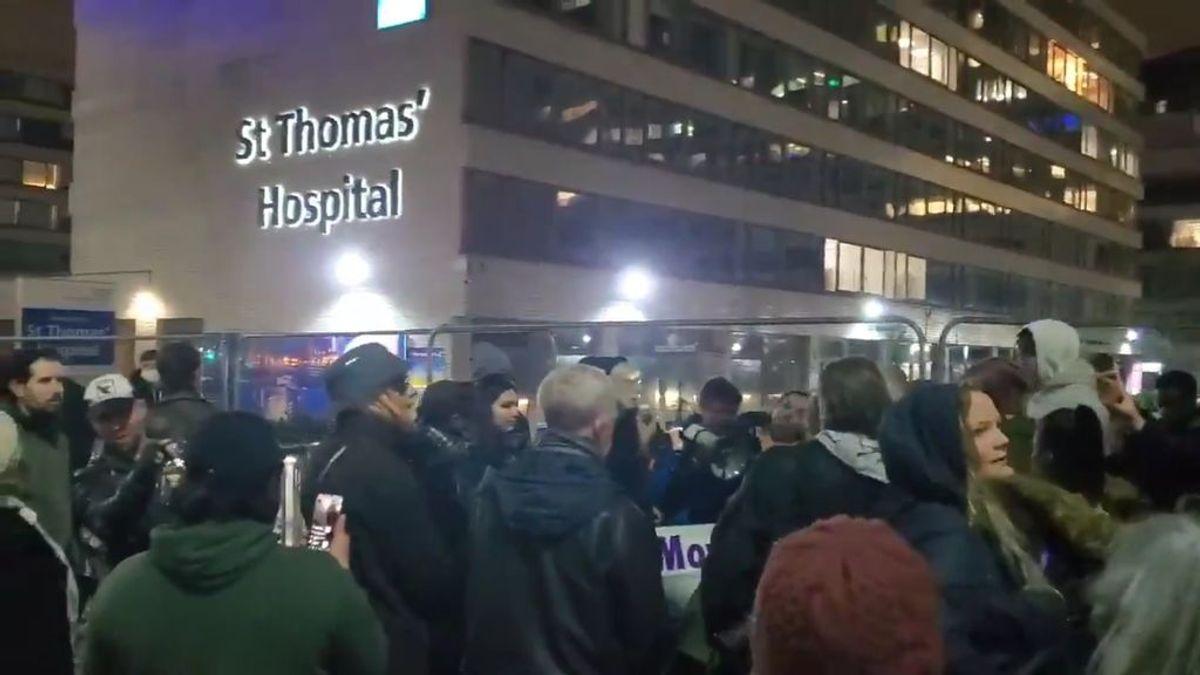 """Un médico denuncia que decenas de negacionistas celebren 2021 frente a un hospital en Londres: """"Tengo el corazón roto"""""""