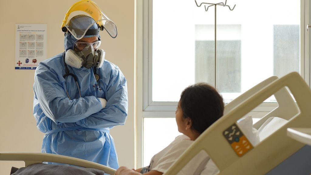 Sanitario atendiendo a un paciente