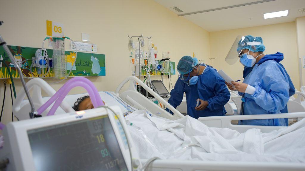 """Vista de personal médico de la Unidad de Cuidados Intensivos (UCI) del hospital """"Los Ceibos"""", en Guayaquil (Ecuador)"""