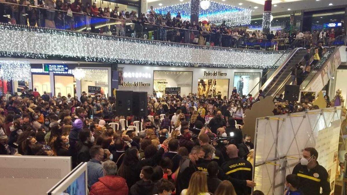 Multitud en un centro comercial de Marbella para ver a Kiko Rivera y Omar Montes como Reyes Magos