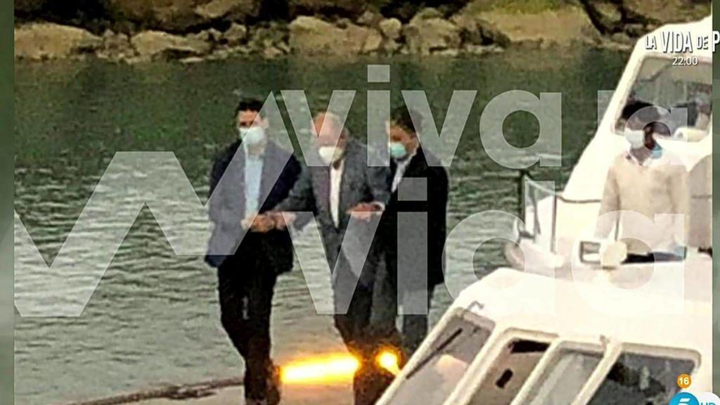 Telecinco publica en exclusiva una foto del rey Juan Carlos en Abu Dabi andando con ayuda de dos escoltas