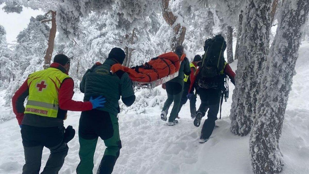 La Guardia Civil rescata a una mujer, herida tras chocar contra un árbol en una ladera en Navacerrada