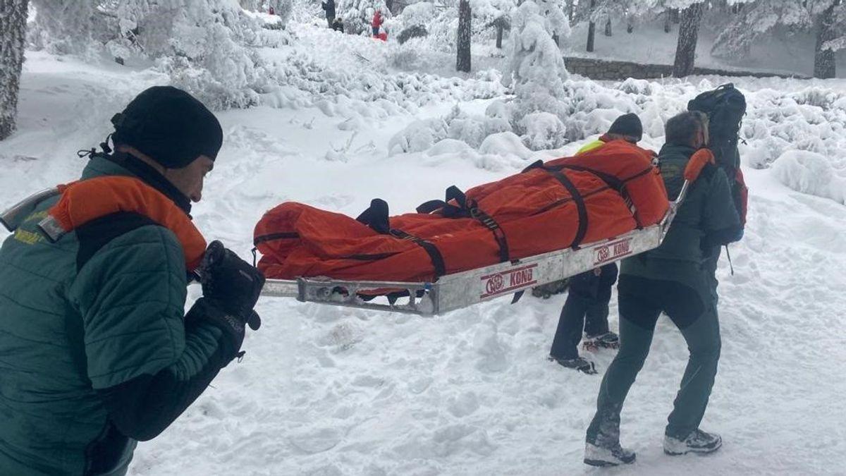 Rescatan a una mujer tras chocar contra un árbol cuando usaba un trineo en Navacerrada
