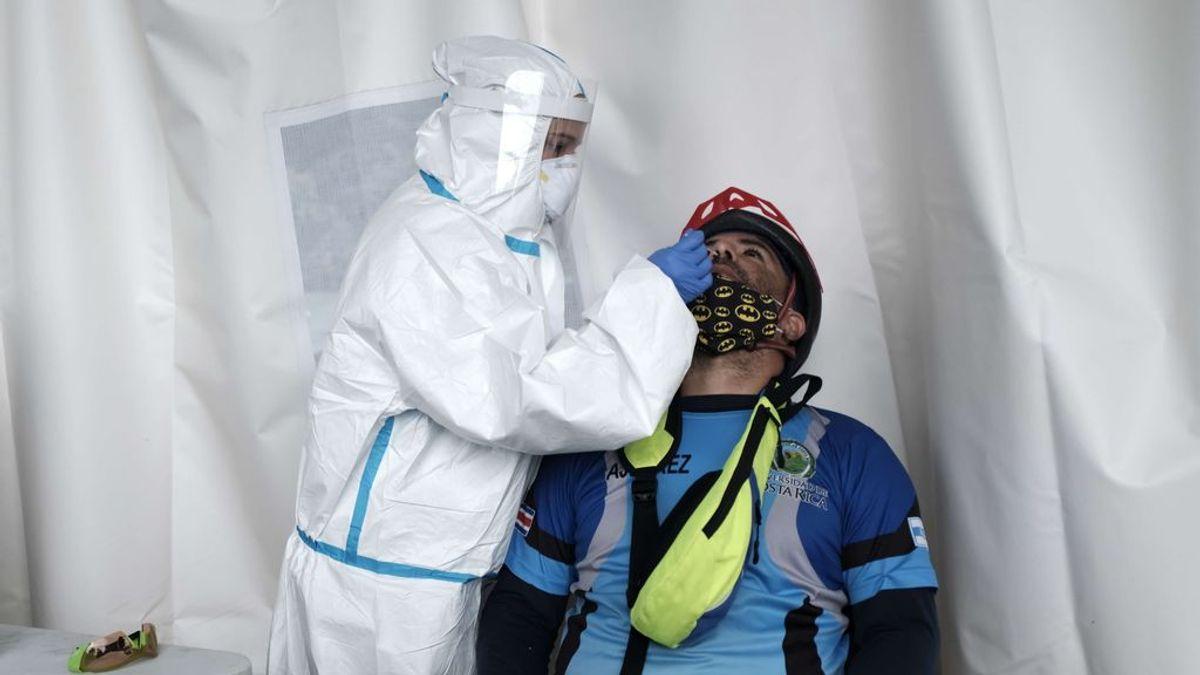 Personal sanitario realizando PCR