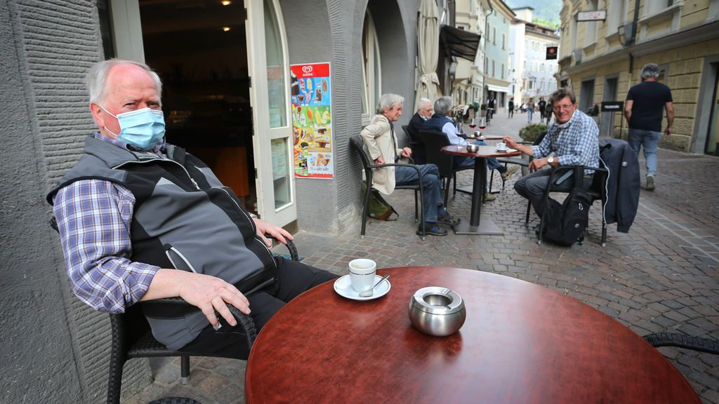 Un hombre con mascarilla por el coronavirus en Italia