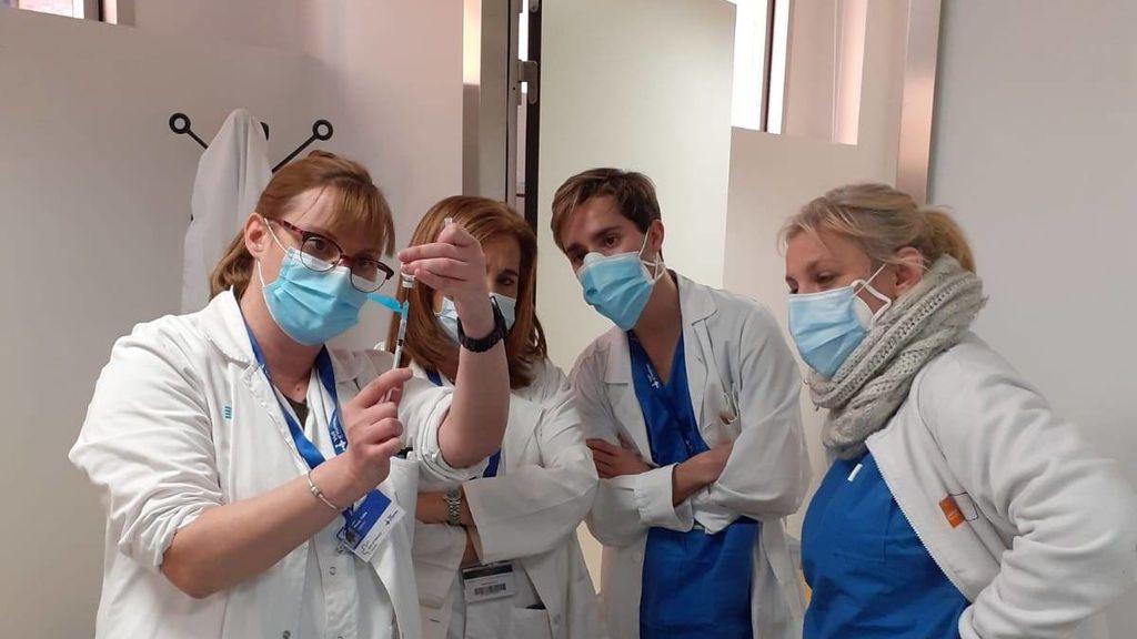 Cataluña inicia la vacunación del personal sanitario en paralelo con las residencias