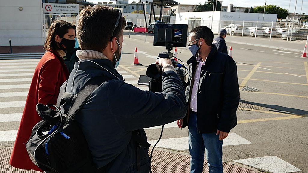El alcalde de la Línea de la Concepción, Juan Franco, a la derecha, atiende a los medios en la frontera