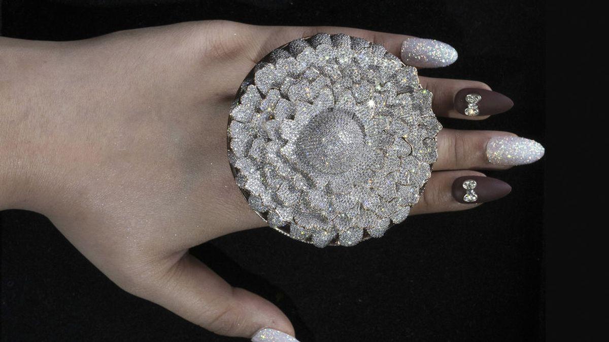 """Un anillo con 12.638 diamantes entra en el libro Guinness de los Récords: """"No tiene precio"""""""