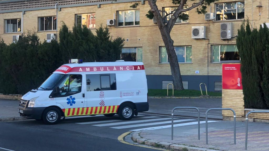 Una ambulancia sale de un hospital valenciano