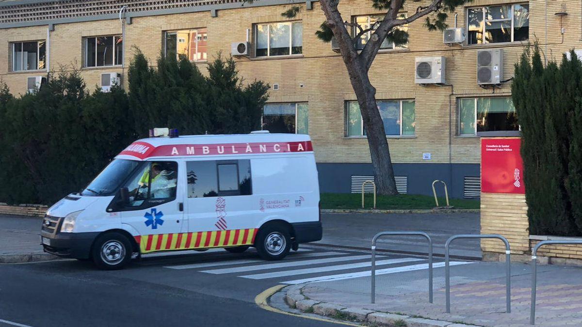Una ambulancia sale de un hospital valenciano