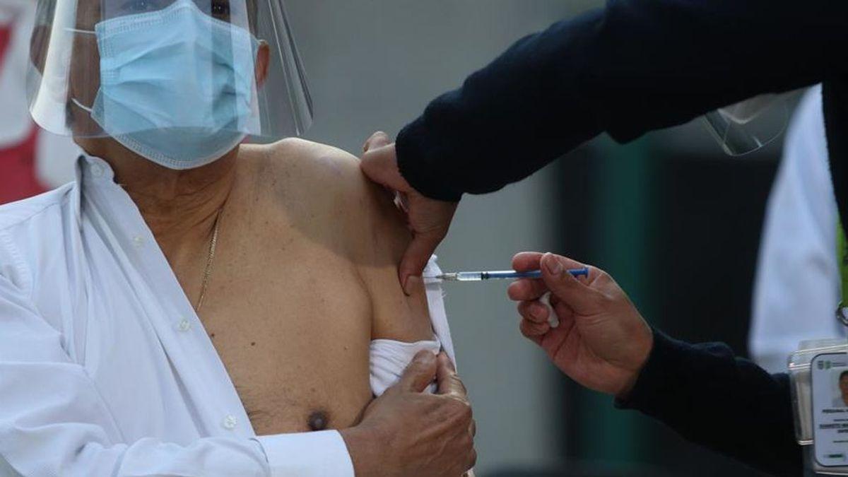 Retrasar la segunda dosis de la vacuna podría traer más mutaciones del coronavirus según los expertos