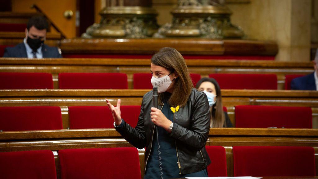 La portavoz del Govern catalán dona una urna del 1-O firmada para los niños sin juguetes