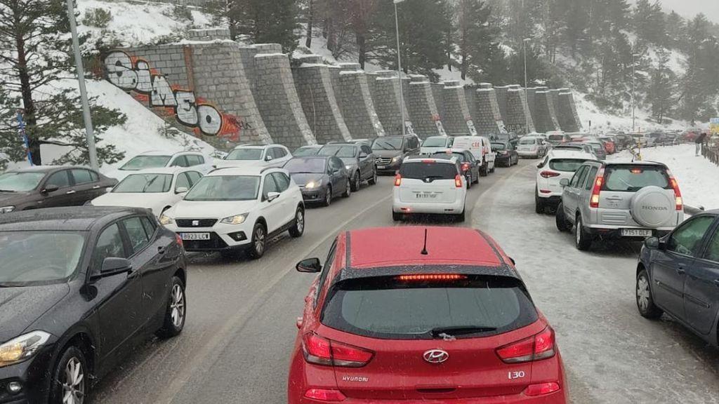 Cierran los accesos a Navacerrada por quinto día seguido de aparcamientos completos