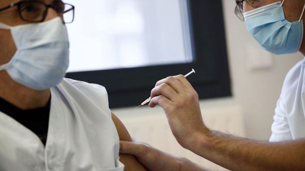 La iniciativa de Francia para impulsar la campaña de vacunación: 5,40 euros a los médicos por cada paciente registrado