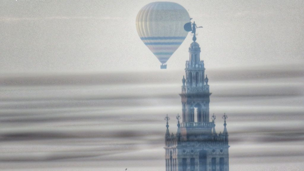 Los Reyes Magos surcan los cielos de Sevilla en globo aerostático en la 'cabalgata' de la covid
