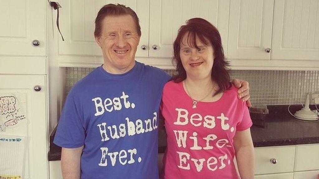 Muere de covid el marido de la primera pareja con síndrome de Down casada en Reino Unido