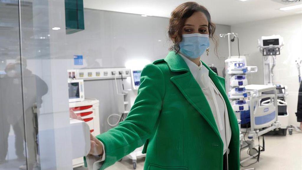 Ayuso responde a las críticas contra la privatización y los retrasos con vacunaciones nocturnas