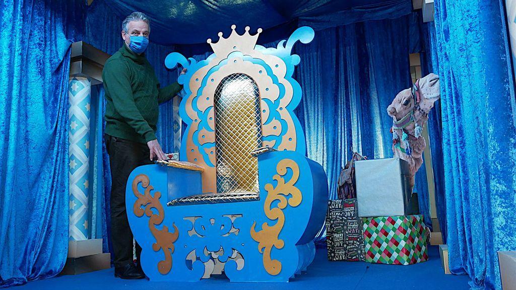 El concejal de Festejos de La Línea de la Concepción junto al trono del rey Gaspar